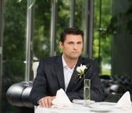 Przystojny mężczyzna w restauraci Zdjęcie Royalty Free