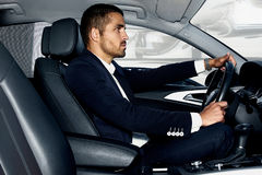 Przystojny mężczyzna w samochodzie brandy biznesowego cygarowego szklanego życia luksusowy mężczyzna portret fotografia royalty free