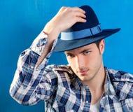 Przystojny mężczyzna z szkockiej kraty koszula i kowbojskim kapeluszem Zdjęcie Stock