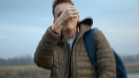 Przystojny mężczyzny tanczyć plenerowy, w górę portreta, ranek natura zbiory wideo