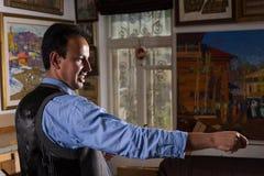 Przystojny męski artysta ocenia jego arcydzieło Zdjęcia Stock