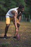 Przystojny męski gracz futbolu z piłką na sądzie Obraz Royalty Free