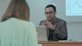 Przystojny męski nauczyciel wyjaśnia klasę grupa latynoscy ucznie w klasie przy szkołą podczas lekci zbiory wideo