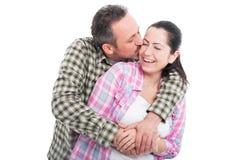 Przystojny męski obejmowanie i całowanie jego dziewczyna Obrazy Stock