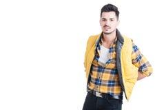Przystojny męski pozować w modny modny i przypadkowym odziewa Fotografia Royalty Free