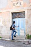 Przystojny męski turysta wchodzić do starego budynek Zdjęcia Stock