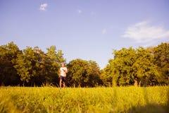 Przystojny młodego człowieka bieg podczas zmierzchu w parku obrazy stock