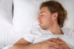 Przystojny młodego człowieka dosypianie na poduszce, odgórny widok bedtime zdjęcia royalty free