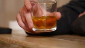 Przystojny młodego człowieka popijania napój w barze Stylu życia pojęcie zdjęcie wideo