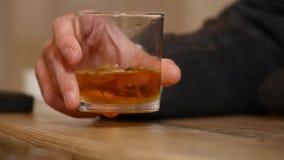 Przystojny młodego człowieka popijania napój w barze Stylu życia pojęcie zbiory wideo