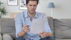 Przystojny młodego człowieka uczucie Niepokojący podczas gdy Czytelniczy kontrakt, dokumenty zdjęcie wideo