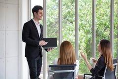 przystojny młody biznesmen lub szef, kierownik, głośnikowy dawać presen zdjęcia stock