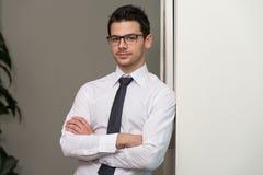 Przystojny Młody biznesmena portret W Jego biurze obrazy stock