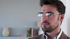Przystojny młody biznesowy mężczyzna patrzeje z ukosa w biurze zbiory wideo