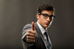 Przystojny młody biznesowy mężczyzna pokazuje aprobaty Obrazy Stock