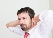 młody biznesowy mężczyzna z rękami na głowie Obrazy Royalty Free