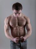 Przystojny młody bodybuilder pozować Fotografia Stock