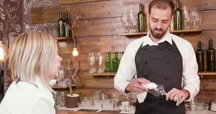 Przystojny młody brodaty barman słucha kelnerka przy barem zbiory