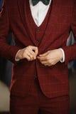 Przystojny młody brodaty biznesmen w klasycznym kostiumu Młody elegancki mężczyzna w kurtce Ja jest w sala wystawowej, próbuje na Zdjęcie Royalty Free