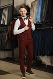 Przystojny młody brodaty biznesmen w klasycznym kostiumu Młody elegancki mężczyzna w kurtce Ja jest w sala wystawowej, próbuje na Fotografia Royalty Free