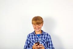 Przystojny młody chłopiec mówienie z telefonem komórkowym Zdjęcie Stock