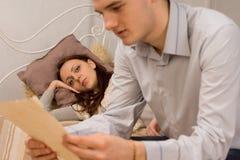 Przystojny młody człowiek czyta dokument obrazy royalty free