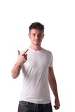 Przystojny młody człowiek liczy dwa 2 z palcami zdjęcie stock