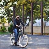 Przystojny młody człowiek na rocznika bicyklu plenerowym Obraz Royalty Free