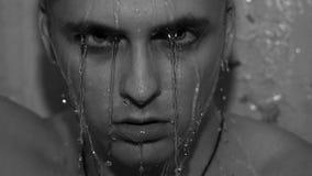 Przystojny młody człowiek pod prysznic obcieknięciem mokrym zdjęcia royalty free