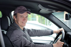 Przystojny młody człowiek przy koło napędowym samochodem fotografia stock