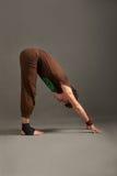 Przystojny młody człowiek robi joga uttanasana Fotografia Royalty Free