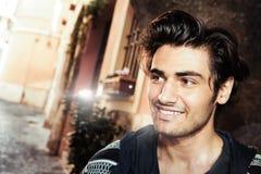 Przystojny młody człowiek uśmiechnięty i szczęśliwy zdjęcia stock
