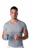Przystojny młody człowiek używa mouthwash, odizolowywającego na bielu Obrazy Royalty Free