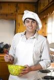 Przystojny młody człowiek w kuchni fotografia royalty free