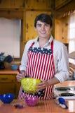 Przystojny młody człowiek w kuchni obraz stock