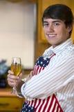 Przystojny młody człowiek w kuchni zdjęcia stock
