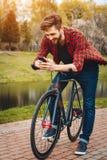 Przystojny młody człowiek Z bicyklem Zdjęcie Royalty Free