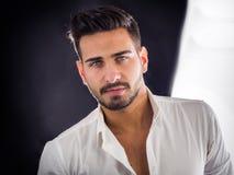Przystojny młody człowiek z elegancką koszula fotografia royalty free