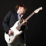 Przystojny młody człowiek z gitarą elektryczną Obrazy Stock