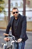 Przystojny młody człowiek z rowerem Fotografia Royalty Free