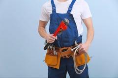 Przystojny młody hydraulik z narzędziami zdjęcia royalty free
