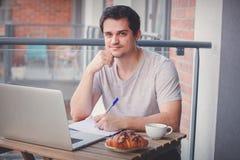 Przystojny młody kierownik pracuje na laptopie zdjęcie royalty free