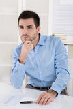 Przystojny młody kierownika obsiadanie w biurowym główkowaniu o sensach Zdjęcie Royalty Free