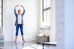 Przystojny młody męski Baletniczy tancerz ćwiczy w Loft stylu A zdjęcia royalty free