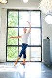 Przystojny młody męski Baletniczy tancerz ćwiczy w Loft stylu A obraz royalty free
