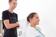 Przystojny młody męski fryzjer słuzyć jego Zdjęcia Royalty Free