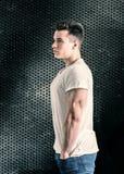 Przystojny młody mięśniowy mężczyzna w studio strzale Obraz Stock