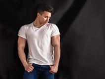Przystojny młody mięśniowy mężczyzna w studio strzale Zdjęcie Royalty Free