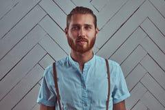 Przystojny młody retro elegancki rudzielec mężczyzna w suspenders pozuje przeciw białej ścianie w studiu zdjęcie royalty free