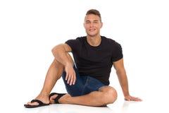 Przystojny Młody samiec modela obsiadanie Na podłoga obraz stock